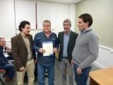 Profesores Juan Aguado Delgado y Francisco Javier Estrada Martínez entregando diploma a asistente (5)