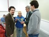 Profesores Juan Aguado Delgado y Francisco Javier Estrada Martínez entregando diploma a asistente (4)