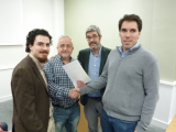 Profesores Juan Aguado Delgado y Francisco Javier Estrada Martínez entregando diploma a asistente (2)